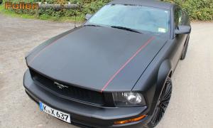 """Ford Mustang: Vollfolierung in """"schwarz matt und Carbonfolie"""""""